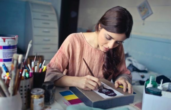 What does a seasoned Fashion Designer do ?